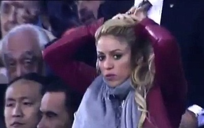 """Báo Anh bị bóc phốt đưa nhầm ảnh """"50 sắc thái"""" Shakira cổ vũ El Clasico"""