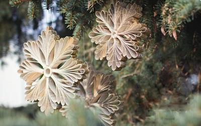 Nhanh tay nhặt giấy báo làm bông tuyết trang trí cây thông lung linh