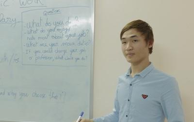 Chàng trai bán hàng rong từ chối lời mời đi du học, ở nhà tự mở trung tâm dạy tiếng Anh miễn phí