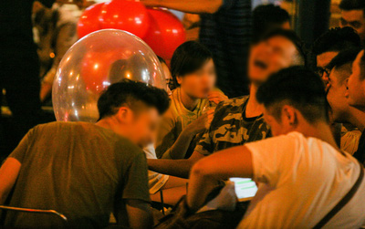 """Bóng cười """"đại náo"""" giới trẻ Hà Nội - Kỳ 1: Từ bar, về nhà, ra đến cả vỉa hè phố lớn..."""