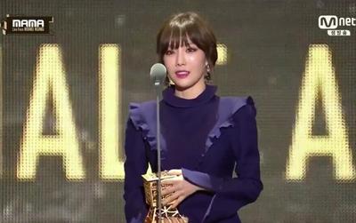 Trực tiếp MAMA 2016: Baekhyun vừa diễn xong, Taeyeon lên nhận giải cực xinh đẹp