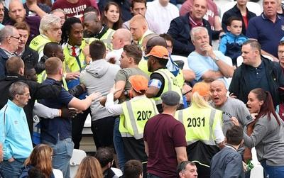 Ngán ngẩm cảnh CĐV đánh nhau, West Ham ra lệnh cấm bán bia trên sân nhà