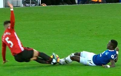 """Rojo may mắn thoát thẻ đỏ sau cú vào bóng kiểu """"triệt hạ"""" với đối thủ"""