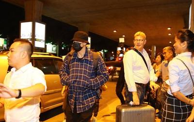 """HOT: Tài tử """"Giày thủy tinh"""" So Ji Sub bịt khẩu trang kín mít, xuất hiện chớp nhoáng ở sân bay Tân Sơn Nhất"""