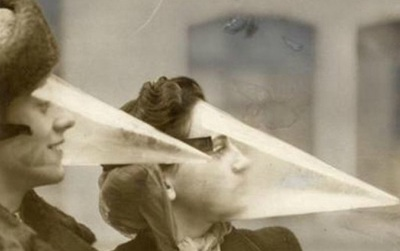 Phụ nữ đã từng phải đeo cả cái mỏ chim này lên mặt chỉ để làm đẹp