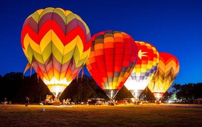 Giới trẻ háo hức trải nghiệm cảm giác bay cùng khinh khí cầu tại Đầm Sen