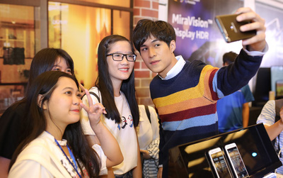 Dàn hot teen hào hứng trải nghiệm smartphone selfie kép góc rộng của thương hiệu Việt