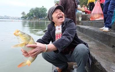 """Người Hà Nội thả cá chép """"khủng"""" tiễn Táo quân về trời"""