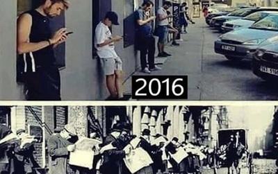 Ngày xưa người ta cắm mặt vào báo giấy, còn thời buổi công nghệ như này, điện thoại mới là nhất