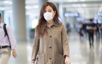 """Không thể nhận ra """"đại gia showbiz"""" Triệu Vy vì phong cách """"xuề xòa"""" ở sân bay"""
