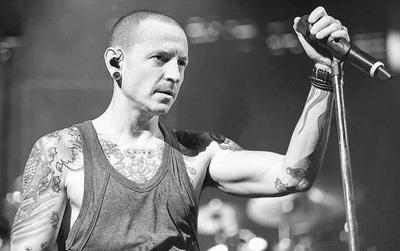 """""""Sao mọi thứ lại nặng nề như vậy?"""" - Chester đã gửi thông điệp đến fan ngay trong bản hit cuối cùng"""
