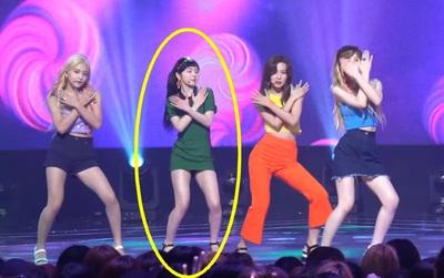 Fan tức giận khi Irene (Red Velvet) không thể tập trung biểu diễn vì còn lo... kéo váy