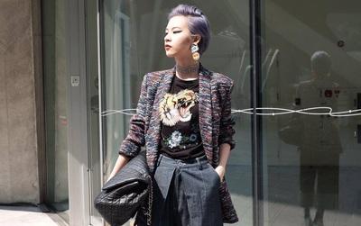 """Seoul Fashion Week: Phí Phương Anh """"chơi lớn"""" với set đồ Chanel đến 400 triệu đồng!"""