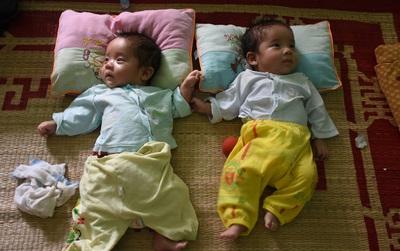 Không chịu phá thai đôi, cô gái trẻ ở Hà Nội bị gia đình chồng ruồng bỏ, phải lên mạng cho con?