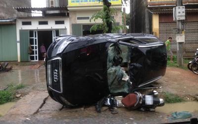 Hà Nội: Ô tô mất lái lật nghiêng xuống đường, đè nát đầu xe máy, 1 người phụ nữ bị thương nặng