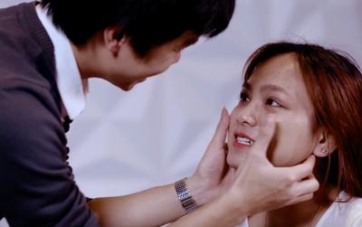 Bao nhiêu cô gái can đảm chịu ngồi yên để bạn trai make-up như thế này?