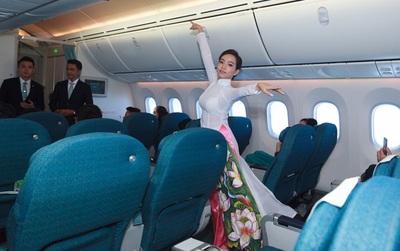 """Hành khách thích thú khi tiếp viên Vietnam Airlines trình diễn áo dài trên """"chuyến bay hòa bình"""" vào ngày 30/4"""