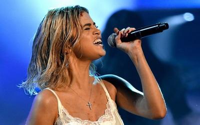 """Lần đầu """"vàng hoe"""" trên sân khấu nhưng Selena Gomez kém lung linh hẳn vì tóc bết"""