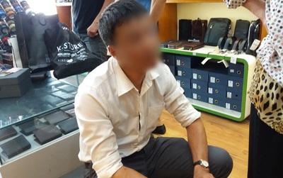 Người đàn ông thản nhiên trộm 3 chiếc ví rồi cùng mẹ đến cửa hàng xin lỗi
