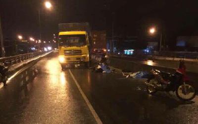 Biên Hòa: Chạy xe máy ngược chiều trên cầu, 2 người bị xe tải đâm tử vong tại chỗ