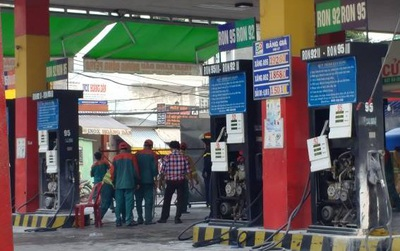 Sài Gòn: Cửa hàng xăng dầu bốc cháy nghi ngút, đôi nam nữ vứt xe bỏ chạy thoát thân