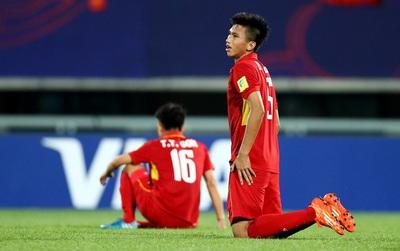 Cầu thủ U20 Việt Nam ôm đầu, gục xuống sân vì hòa tiếc nuối