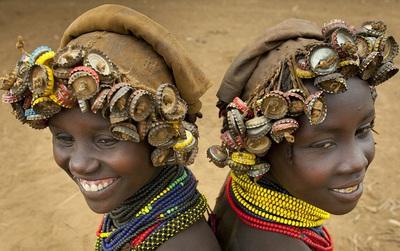 Ghé thăm bộ tộc đeo đồ đồng nát lên người để làm trang sức