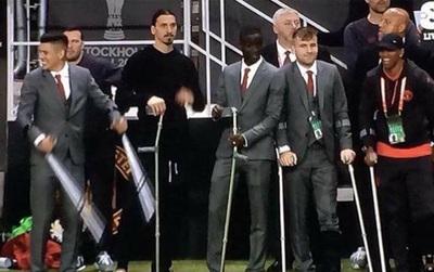 Dàn sao Man Utd cực ngầu chống nạng, đóng vest nhận Cúp vô địch