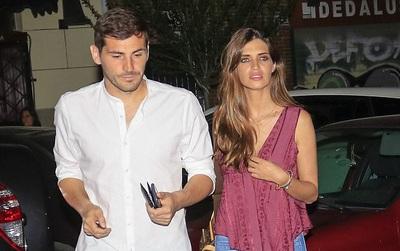 """""""Thánh"""" Iker Casillas đi ăn tối với vợ sinh giữa tin đồn ký hợp đồng với Liverpool"""
