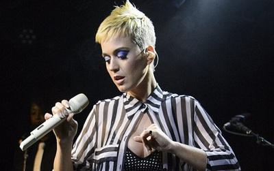 Katy Perry khóc nấc tưởng nhớ các nạn nhân trong vụ đánh bom concert Ariana Grande