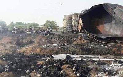 """Bất chấp nguy hiểm lao ra """"hôi"""" dầu từ chiếc xe chở dầu bị lật, ít nhất 123 người chết"""
