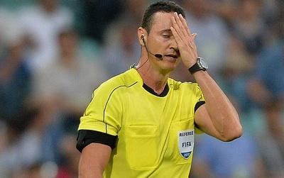 Xem lại băng ghi hình, trọng tài FIFA vẫn đuổi... nhầm người