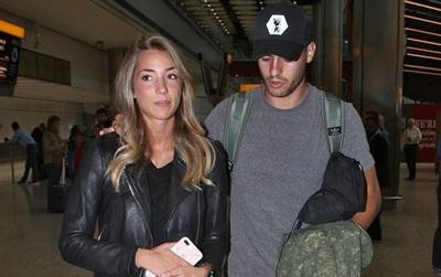 Morata và vợ xinh đặt chân đến London, chờ ký hợp đồng với Chelsea