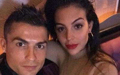 Ronaldo quấn quít bên Georgina sau khi lập kỷ lục ở Champions League