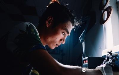 Chàng họa sĩ cụt ngón tay mưu sinh trên phố đi bộ Nguyễn Huệ và giấc mơ trở thành nghệ sĩ xăm hình