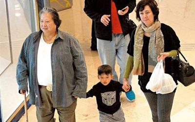 """""""Tình cũ tin đồn"""" của Phạm Băng Băng ngày càng phát tướng, đi đứng phải chống gậy ở tuổi 65"""