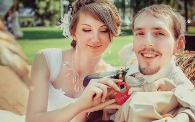Quen nhau qua mạng, cô gái xinh đẹp bay sang Nga để kết hôn với chàng trai bị teo cả 2 chân