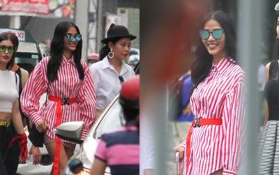 Nhan sắc khi chưa photoshop của Hoàng Thùy cùng dàn thí sinh Hoa hậu Hoàn vũ Việt Nam giữa trưa nắng