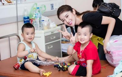 """Cận ngày """"Miss Grand International"""", Huyền My vẫn tranh thủ đi tặng quà Trung thu cho trẻ em tại bệnh viện Nhi"""