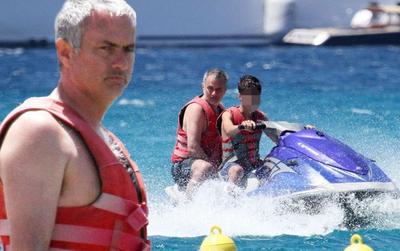 """Mourinho """"trốn"""" thế giới bóng đá trong một tháng tới"""