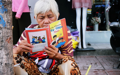 """Chồng sách cũ của bà Bông trên vỉa hè Sài Gòn: """"Bán sách để được đọc mỗi ngày mà không tốn tiền"""""""