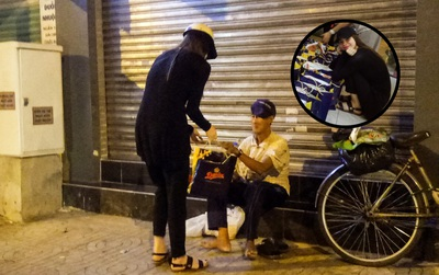 Hồ Ngọc Hà đi xe máy trao quà cho người lang thang, cơ nhỡ giữa đêm khuya