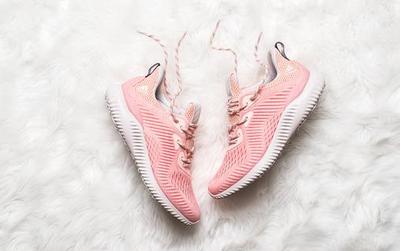 """Quên adidas NMD """"Raw Pink"""" đắt đỏ đi, đôi sneaker màu """"hường"""" này cũng yêu không kém mà giá rất phải chăng"""