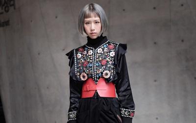 """Min với cây đồ đen cài corset, """"chào sân"""" Seoul Fashion Week từ sáng sớm"""