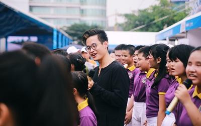 Có một Hà Anh Tuấn giản dị và thân thiện khi hát cùng các học sinh khiếm thị ở Sài Gòn