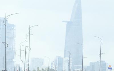 """Hàng loạt cao ốc ở Sài Gòn """"mất tích"""" trong sương mù dày đặc vào giữa trưa"""