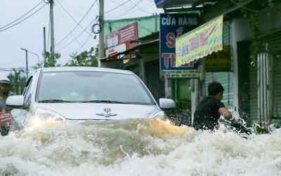 """Gần 3km đường biến thành sông vì triều cường, ô tô """"quật"""" trẻ em té ngã giữa dòng nước ở Sài Gòn"""