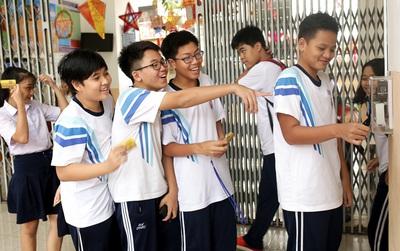 Sau khi quẹt thẻ điểm danh học sinh, trường THCS Trần Văn Ơn sẽ quẹt thẻ điểm danh cả giáo viên