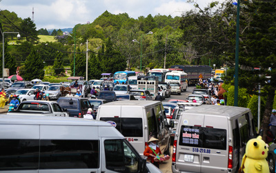 Hàng nghìn người đổ về Đà Lạt, các ngả đường quanh hồ Xuân Hương kẹt cứng dịp nghỉ lễ 30/4