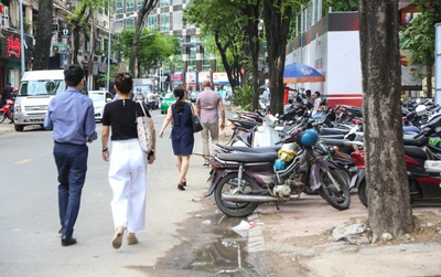Vỉa hè ở trung tâm Sài Gòn bị tái chiếm cả ngày lẫn đêm sau hơn 3 tháng ra quân lập lại trật tự